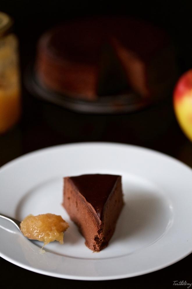 Tarta de chocolate saludable con compota de manzana y miel